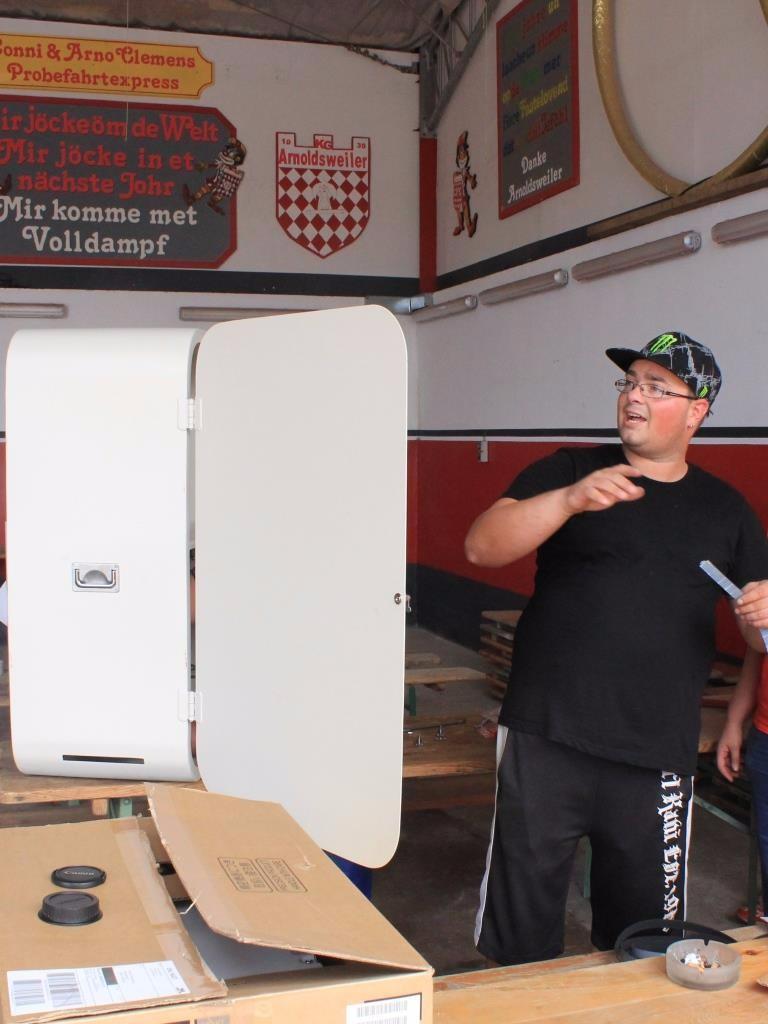 Thomas beim Bau der Booth
